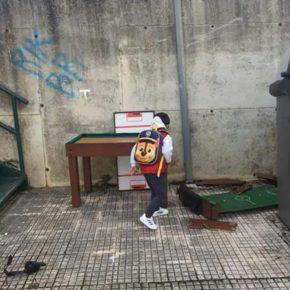 Cs Camargo demanda al Ayuntamiento que elimine el vertedero que se forma junto a la parada escolar de la Urbanización La Esprilla