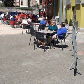 Las terrazas y los peatones conviven en las calles de Astillero y Guarnizo