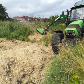 El Ayuntamiento de Astillero contrata un tractor para llevar a cabo labores de mantenimiento y limpieza de las Marismas y Morero