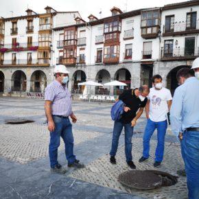 El Ayuntamiento de Castro-Urdiales inicia la limpieza de la arqueta del Patio de los Gatos para eliminar los malos olores
