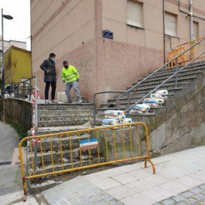 Astillero realiza obras de mejora en las escaleras y aceras de la calle Santa Ana