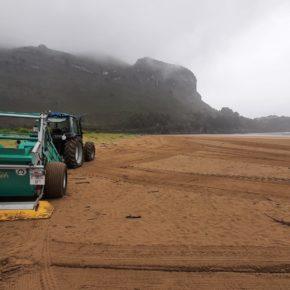 El Ayuntamiento de Castro-Urdiales limpia el Solarium y la playa de Oriñón de cara a la temporada estival